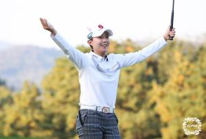 [포토-KB금융 챔피언십] 18번홀 그린에서 우승 확정 후 기뻐하는 김효주